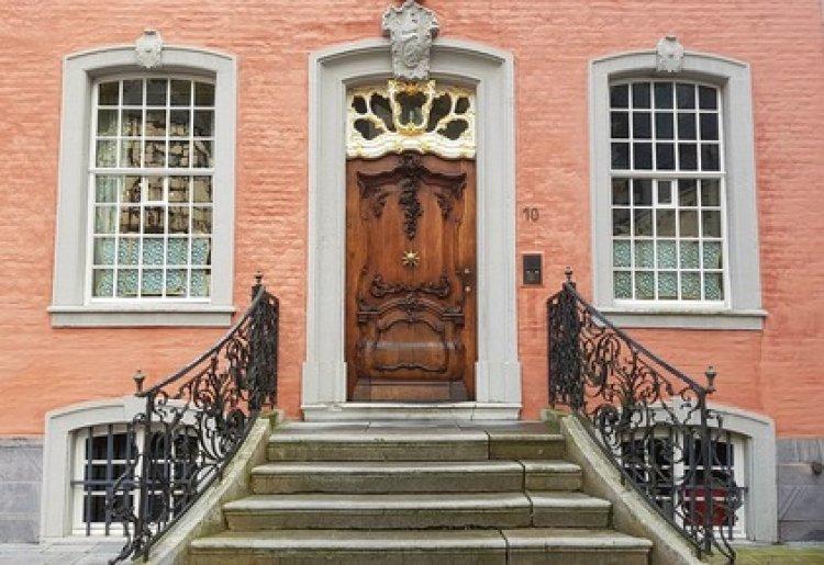 С входной двери начинается каждый дом